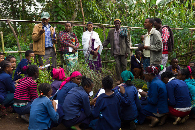 The traditional leader in Gida sharing his knowledge on forests, wetlands and medicinal plants - Foto: Angelika Berndt